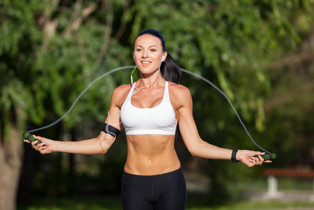 Cuisses, abdos, fessiers : avez-vous déjà pensé à la corde à sauter ?