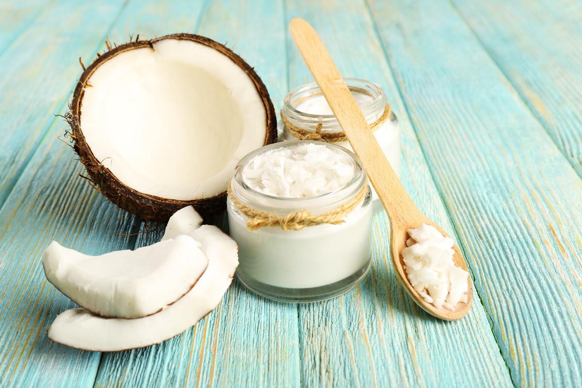 Peau, cheveux, bouche et ongles : pourquoi toujours avoir de l'huile de coco dans sa salle de bain !